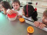 Salas de 4 preparan Jugo de Naranjas 26