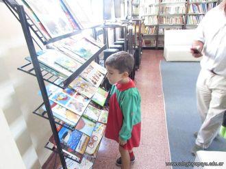 Padres y alumnos visitan la Biblioteca 12