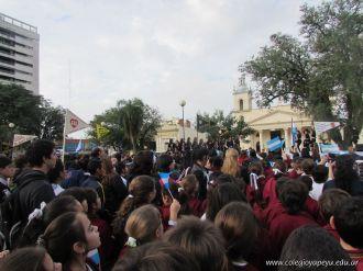 Niños y jovenes con la Bandera 9