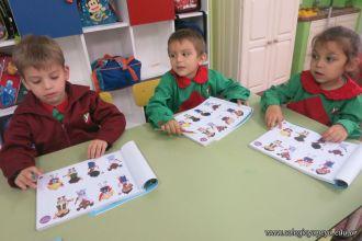 Utilizando el libro de Ingles en Salas de 4 13