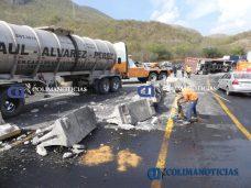 Chocan tráileres en la autopista Colima–Manzanillo5