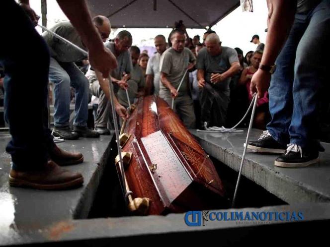 Cientos de personas asisten a funeral colectivo en Brasil tras matanza en escuela