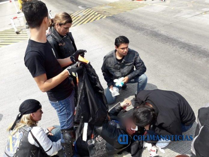 agreden a motociclistas 696x522 - Personal de seguridad de la caseta Atoyac, arremeten con tubo de acero contra motociclistas