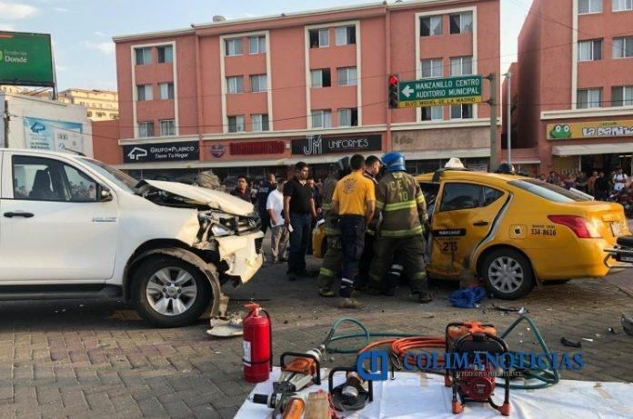 accidente taxi 696x461 - Taxista y pasajera prensados en otro fuerte choque en Manzanillo