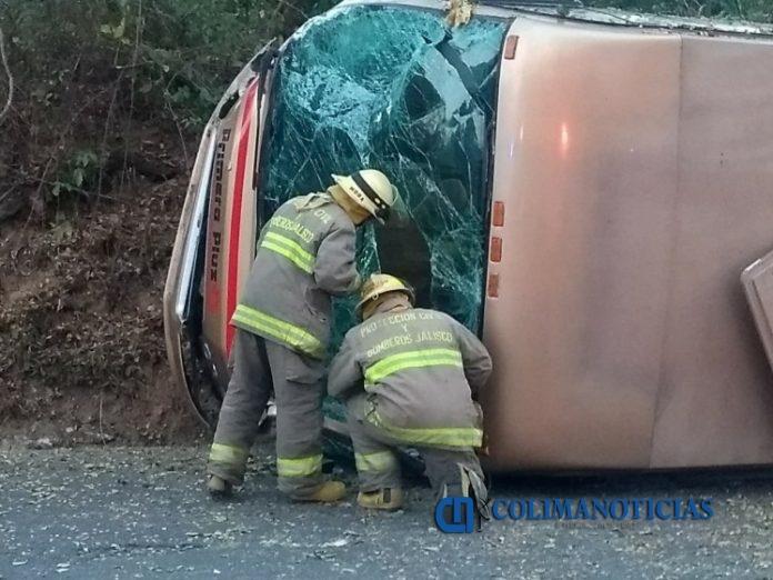 pasajero volteado 696x522 - 14 lesionados en volcadura de autobús que salió de Manzanillo con destino a Puerto Vallarta