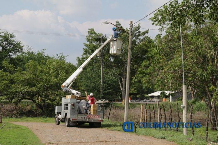 cambio de luminarias colima 696x464 - Diariamente se avanza en el trabajo de cambio de luminarias LED en el Municipio de Colima