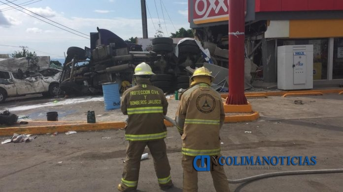 accidente en jalisco 696x391 - 18 intoxicados y 7 lesionados: Pipa con ácido vuelca y se mete a Oxxo en San Gabriel