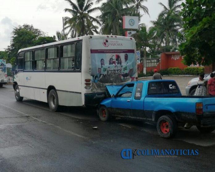 choque 3 696x558 - Fuerte accidente en Miramar | Colima Noticias