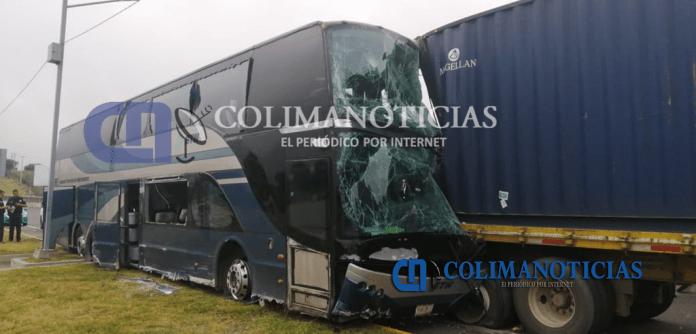 choque trailer camion 696x334 - Más de 20 lesionados: camionazo en la autopista Colima-Guadalajara