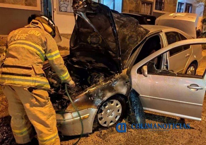 incendio 696x490 - Fuego consume auto en Valle Paraíso