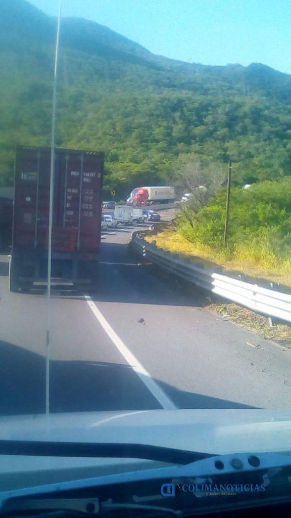 colas por volcadura 576x1024 - Reportan volcadura de tráiler en la autopista Manzanillo-Colima; a la altura de La Salada (video)