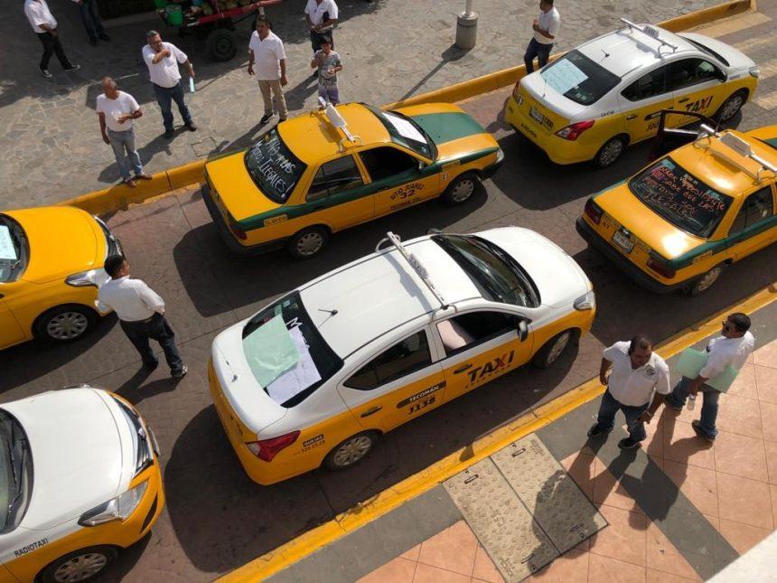 Rechaza Cabildo de Tecomán a mototaxis en la cabecera municipal taxistas protestan 1 1024x768 - Rechaza Cabildo de Tecomán a mototaxis en la cabecera municipal; taxistas protestan