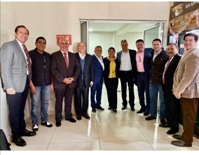 Reaparece-Mario-Anguiano-en-aeropuerto-junto-con-varios-políticos-colimenses