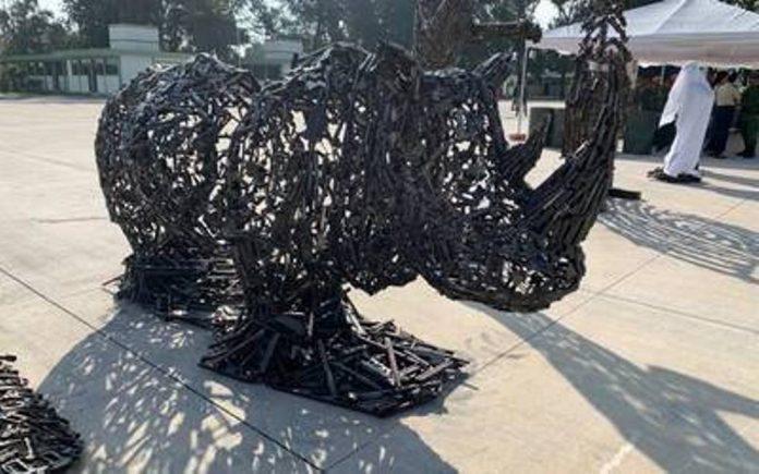 Sedena construye esculturas con armas decomisadas 696x435 - Sedena construye esculturas con armas decomisadas