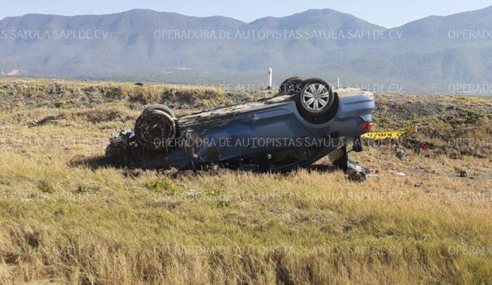 volcadura 696x404 - Abandonan vehículo tras volcadura en la Guadalajara-Colima