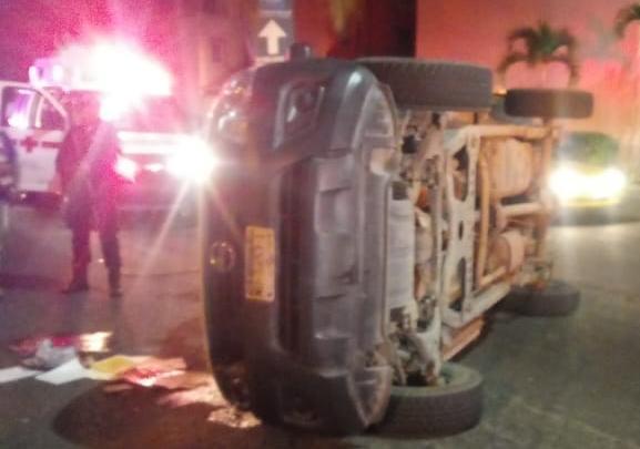 volcadura en manzanillo - Jóvenes abandonan camioneta tras volcadura