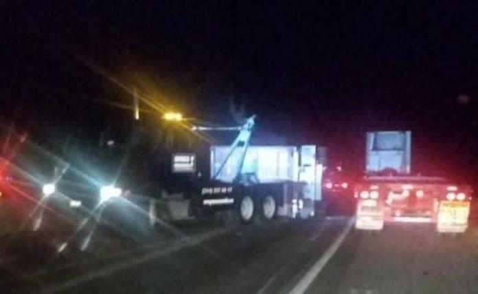accidente tráiler 696x428 - Vuelca tráiler en la autopista Manzanillo-Colima - #Noticias