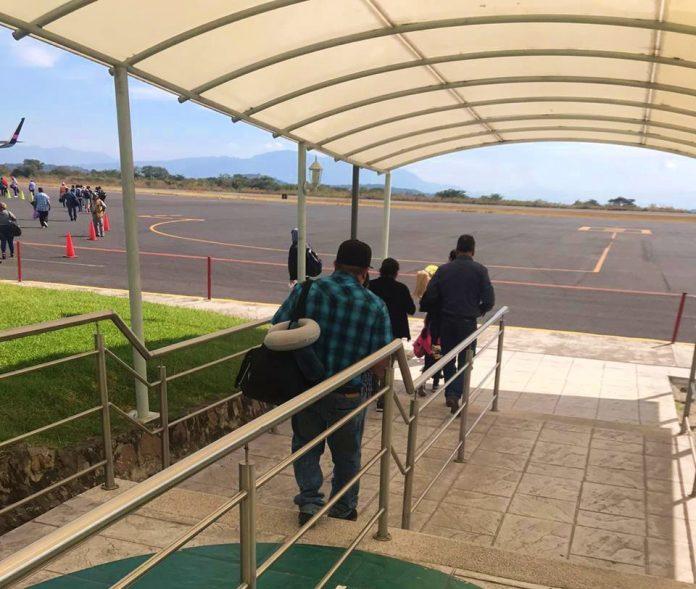 pasajeros abordar avion aeropuerto colima 696x589 - Aeropuerto de Colima sigue en repunte de movilización de pasajeros - #Noticias