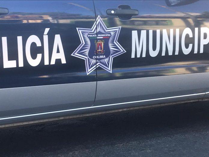 policia municipal colima feb 696x522 - Con lujo de violencia dos sujetos con cubre bocas asaltan a una tienda de abarrotes en Tecomán