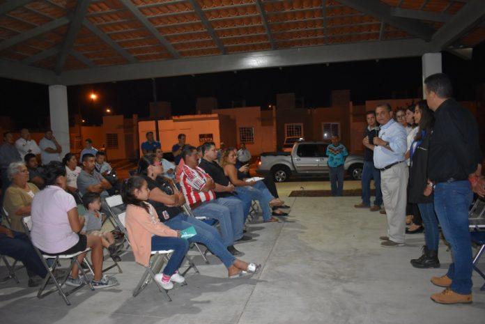 Felipe Cruz con colonos 696x465 - Felipe Cruz se reúne con ciudadanos de Vista Volcanes y Colonias Vecinas - #Noticias