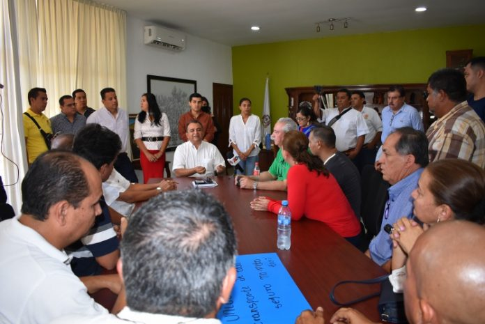 Felipe Cruz con taxistas 696x465 - Los beneficiados por mototaxis serán los ciudadanos y las familias, asegura Felipe Cruz