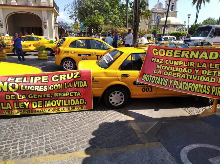 Protestan taxistas en la presidencia municipal de Villa de Álvarez 5 1024x766 - Los beneficiados por mototaxis serán los ciudadanos y las familias, asegura Felipe Cruz