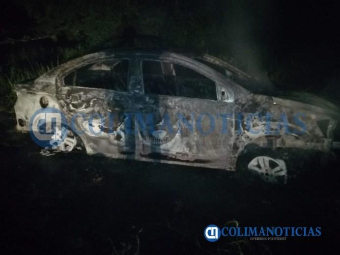 Se incendia totalmente un vehículo en el crucero de Cuyutlán