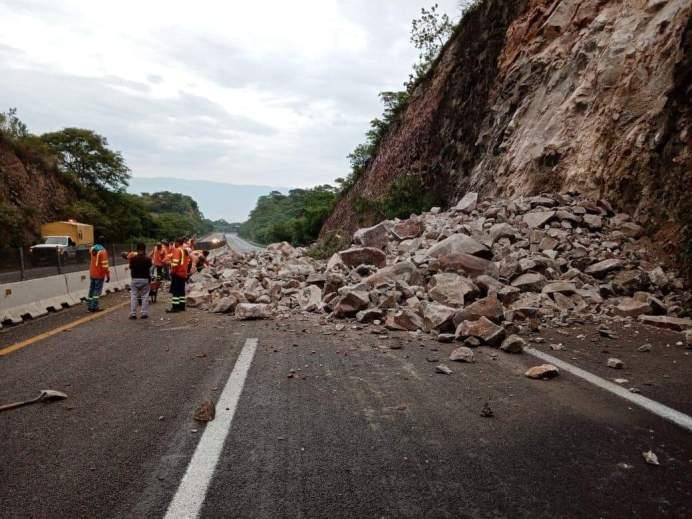 Se registra derrumbe en la autopista Guadalajara - Colima