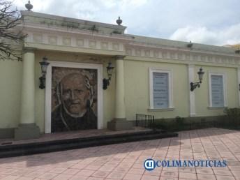 zona centro de la barda se encuentra la imagen de Miguel Hidalgo y Costilla