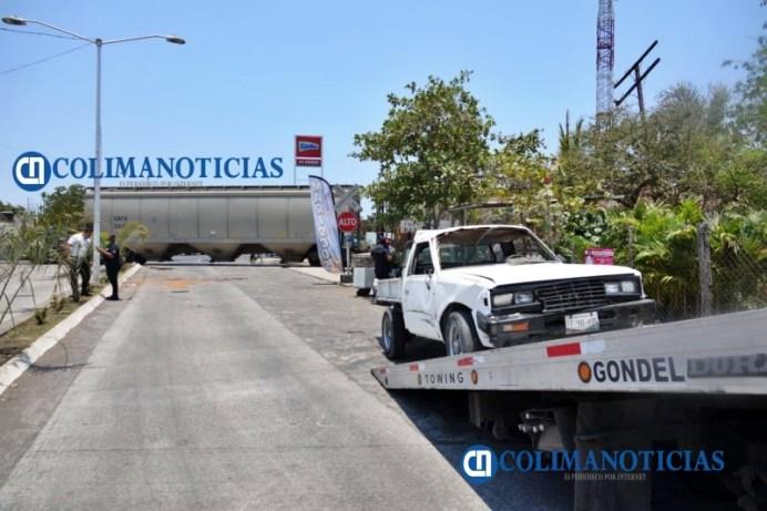 Tren arrolla camioneta en entrada a Armería