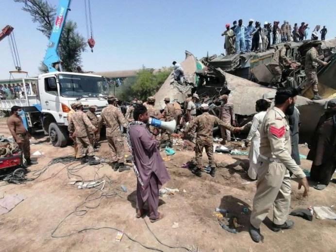 Choque de trenes en Pakistán deja al menos 63 muertos