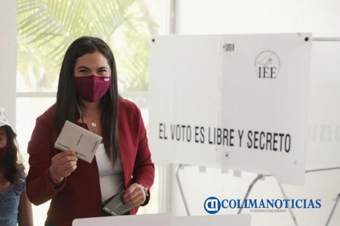 Indira Vizcaíno votando