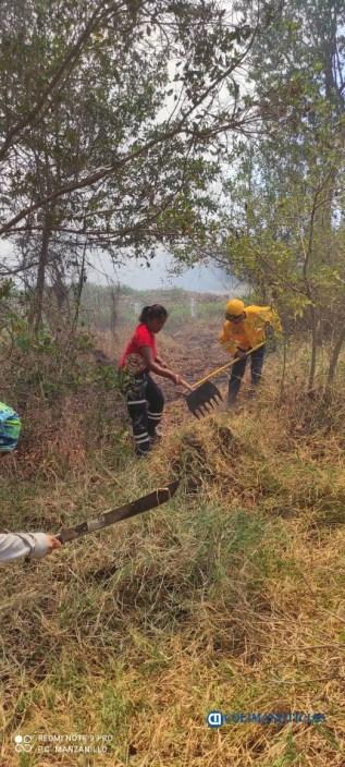 Sofocan incendio de pastizales en el Barrio V del Valle de las Garzas207
