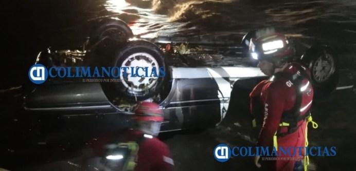 Vehículo es arrastrado por el arroyo de Santiago
