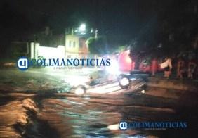 Vehículo es arrastrado por el arroyo de Santiago01