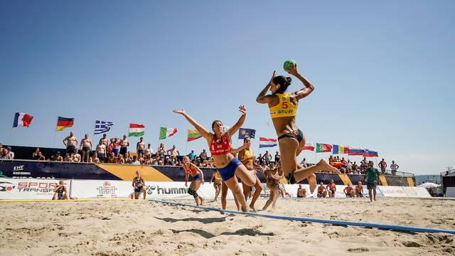 Equipo femenil de balonmano playa se rehúsa utilizar bikini