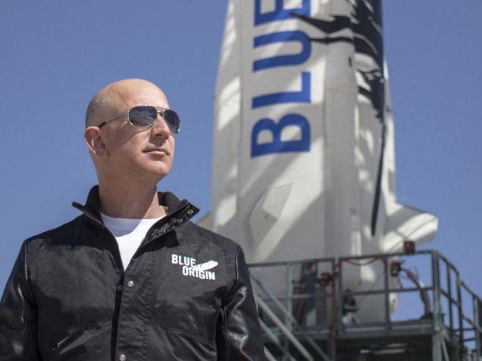 Jeff Bezos viaja en su propio cohete al espacio exterior