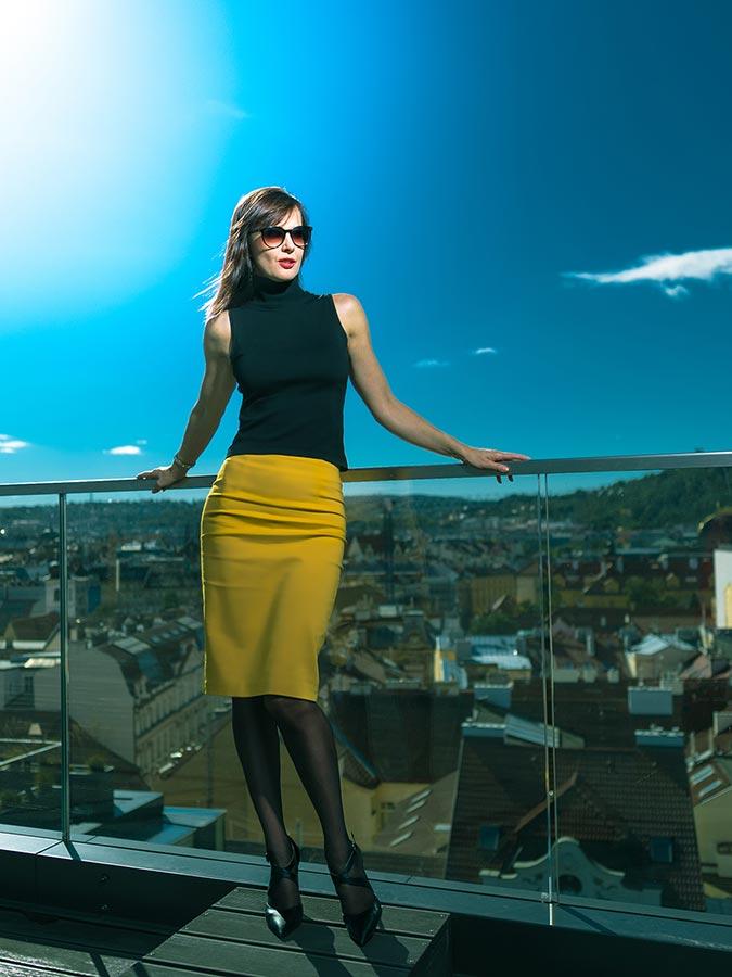 Regina módní foto na terase nad Prahou