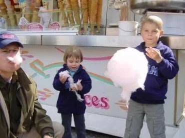 Children eating Cotton Candy Foire de Trone, Paris Barb à Papa