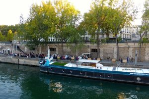 "Line waiting for the Batobus in front of a boat ""Bateau Daphné for concerts"