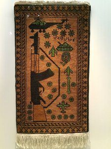 War prayer rug with Kalashnikov, Afghanistan, 1985-1990, Carambolages RMN Grand Palais, Paris