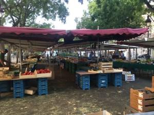 Setting up Oberkampf market in the morning