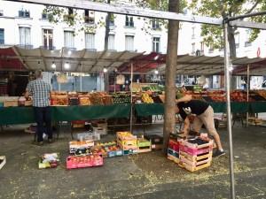 Setting up a stand at Oberkampf market