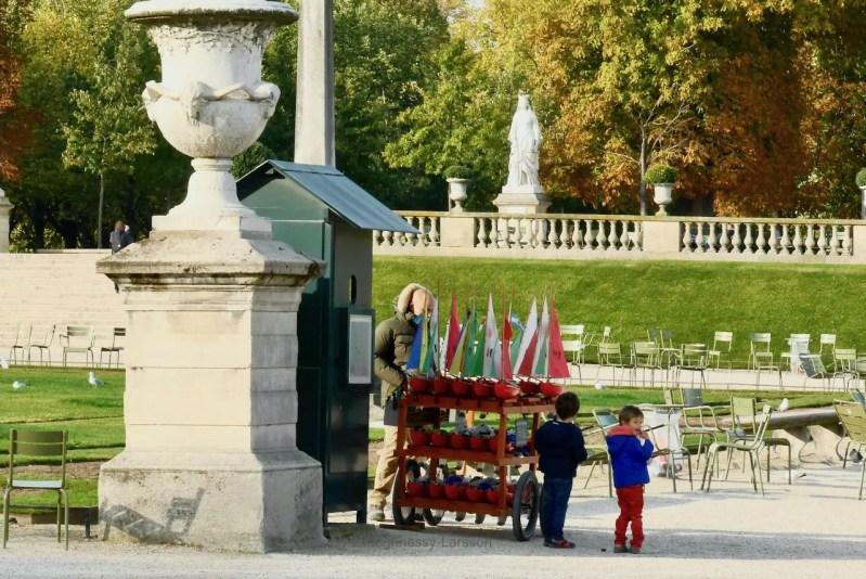 LuxembourgGardens_ColleensParis_Boats_Children_P2800745