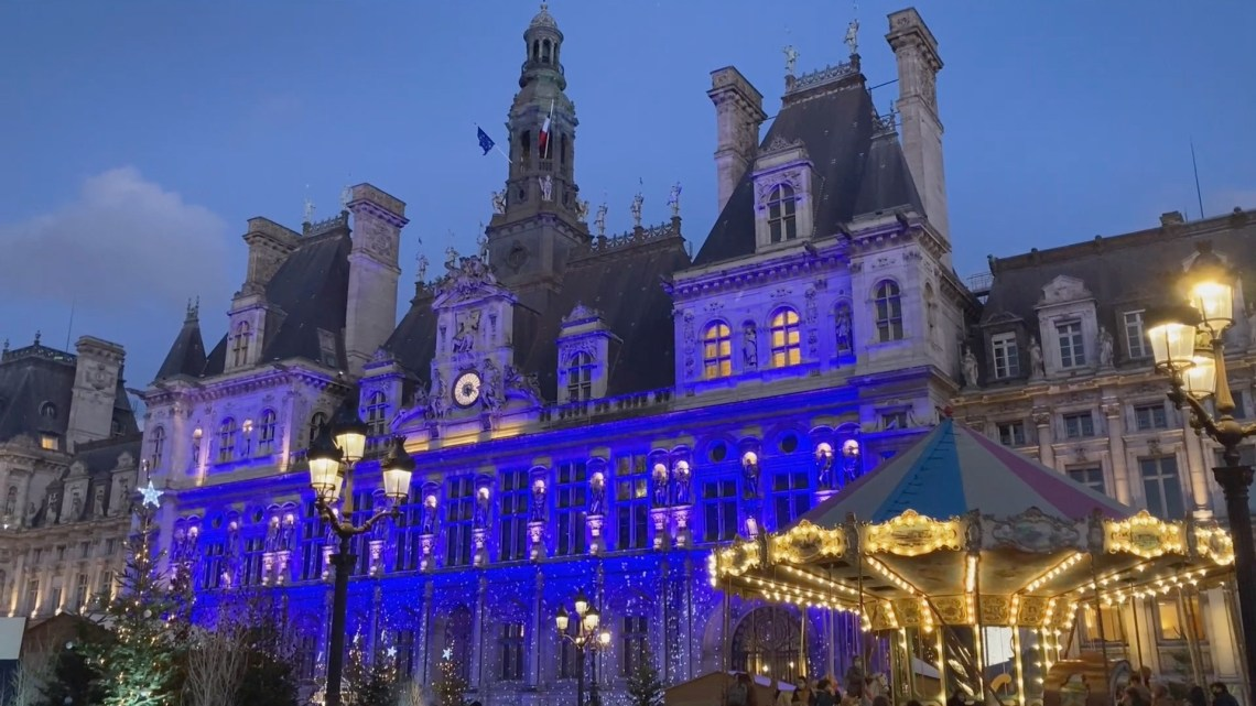Image of carrousel and Hôtel de Ville in the background for Christmas