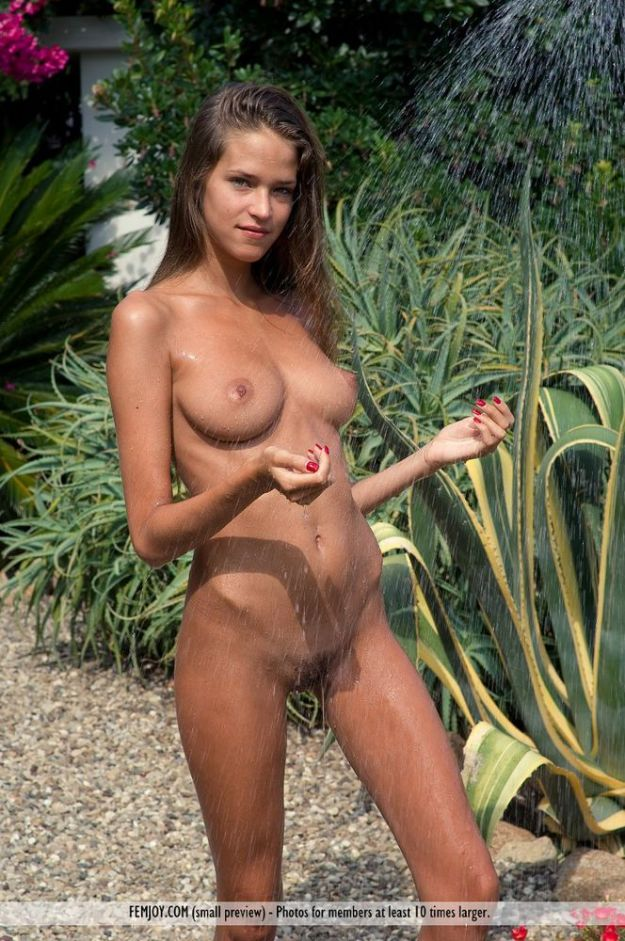 shower298400_26371-47257-tanned-skinny-nude-in-an-outdoor-shower