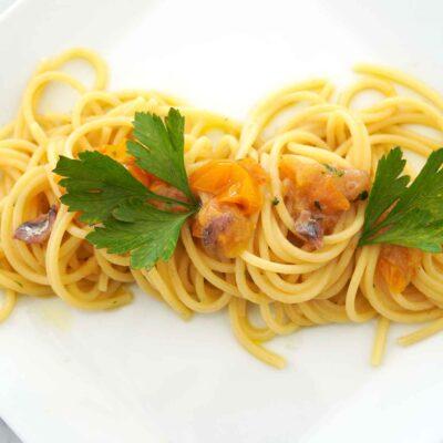 ricetta-spaghetti-pomodoro-giallo-alici-di-menaica