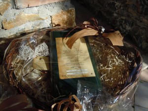 Cesto artigianale con lattina da 3 litri e sapone margherita all'olio d'oliva e latte di bufala