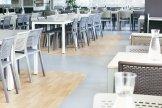 Comedor Multinacional con pavimento vinílico (PVC)