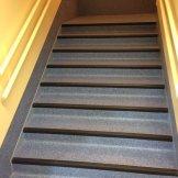 Escaleras escuela con pavimento vínilico (PVC) Eclipse y cantoneras de goma